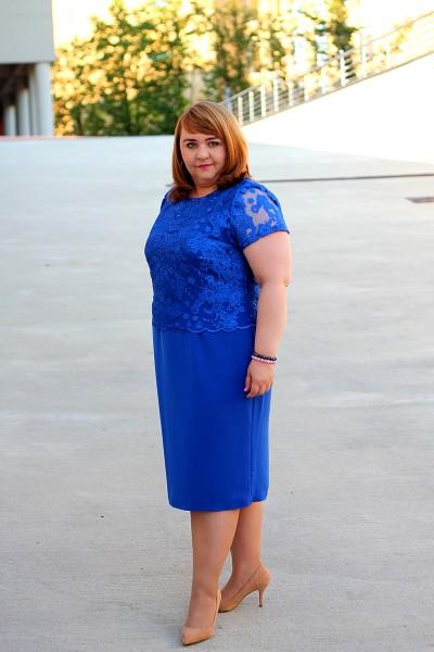 Niebieska sukienka koronkowa plus size